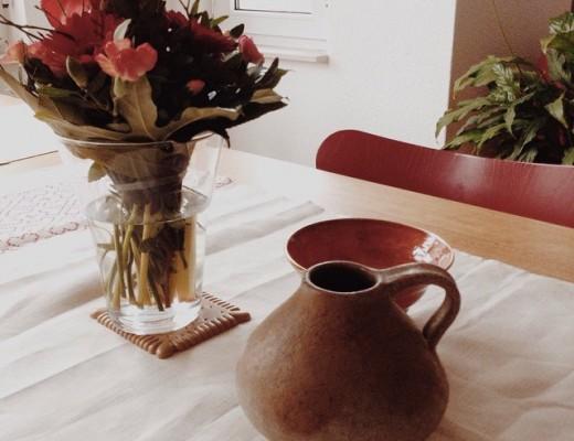 Stilleben Blumenvase Tonkrug Keramikschale auf einem Tisch