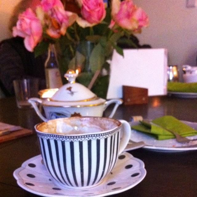 Kaffeetasse Gedeck und Rosenstrauß im Café Chocolat Dortmund