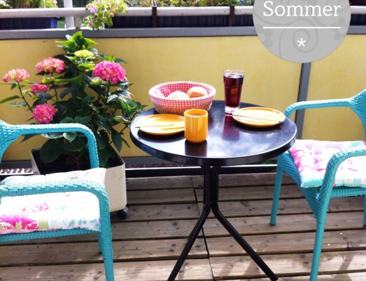 Balkon mit Frühstückstisch und Stühlen