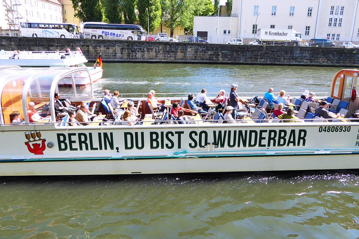 Touristendampfer auf der Spree in Berlin