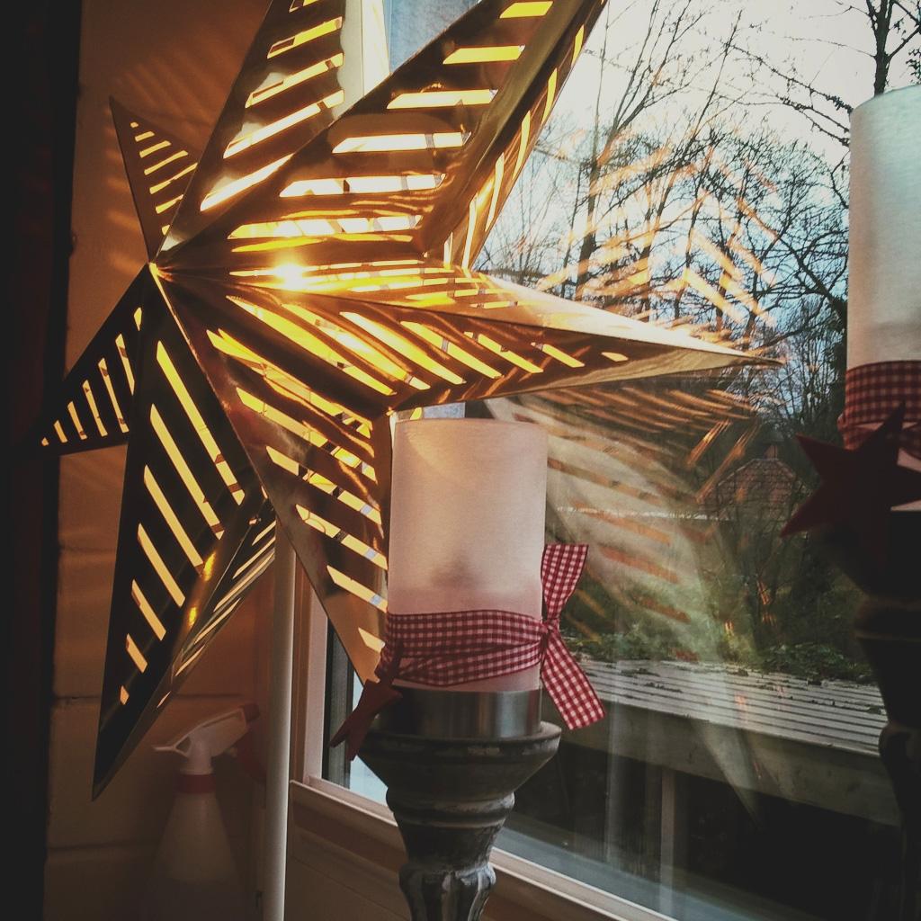 Beleuchtung Weihnachtsstern mit Kerze davor