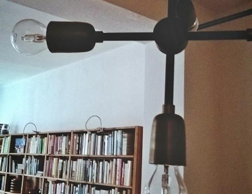 Lampe von House Doctor mit LED Glühbirnen vor einem Bücherregal