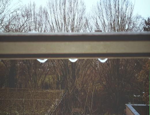 Regentropfen an einer Jalousie