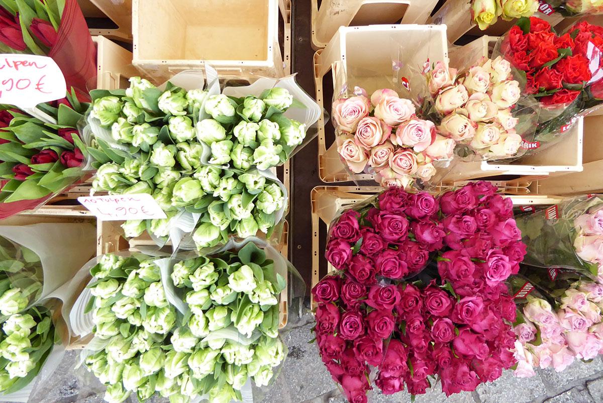 Tulpen in Containern auf einem Wochenmarkt