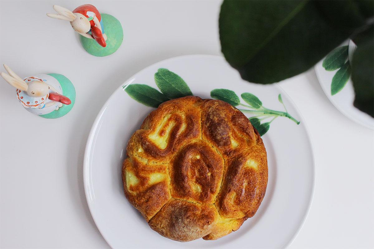 Quark-Vanillepudding-Kuchen auf einer Kuchenplatte