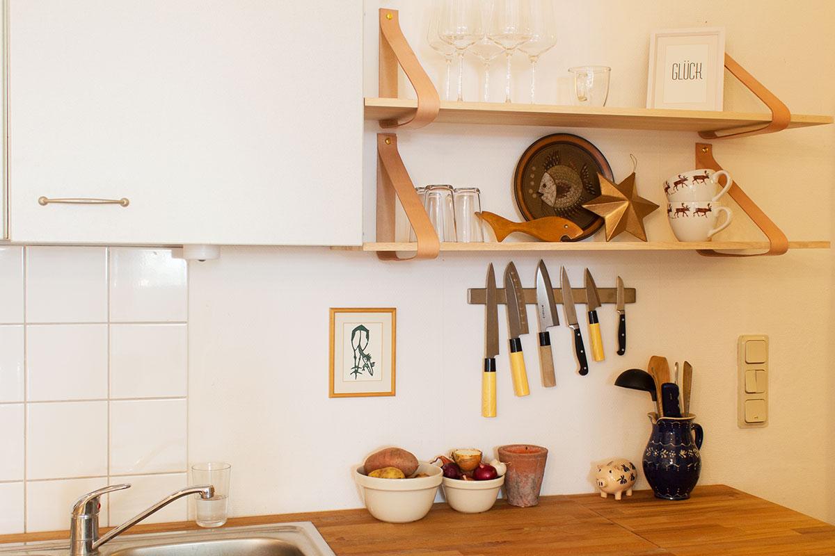 Regale von House Doctor mit Lederhaltern darunter eine Magnetleiste mit Messern