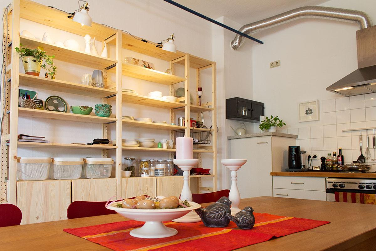 Ansicht Essbereich mit Küche im Hintergrund