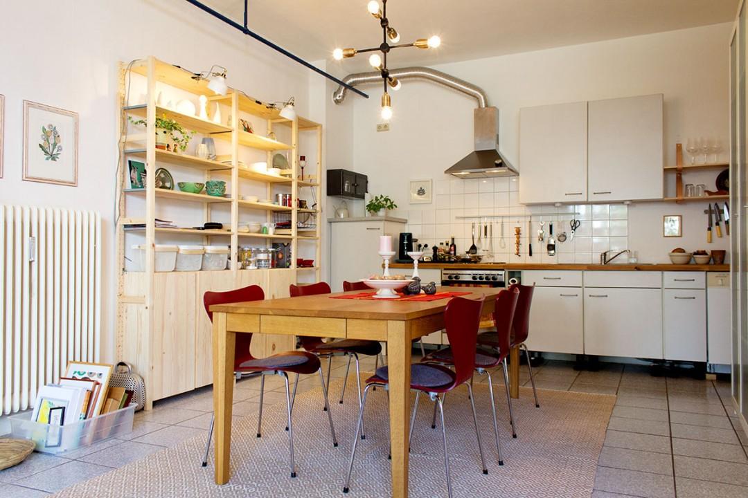 Essbereich mit Küche im Hintergrund