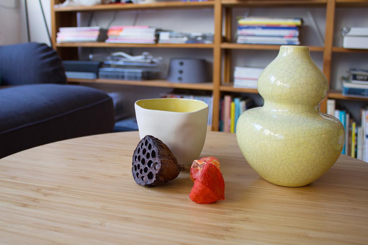 Schale von Bloomingville Vase von Housedoctor verschiedene Samenstände liegen zusammen auf einem Couchtisch
