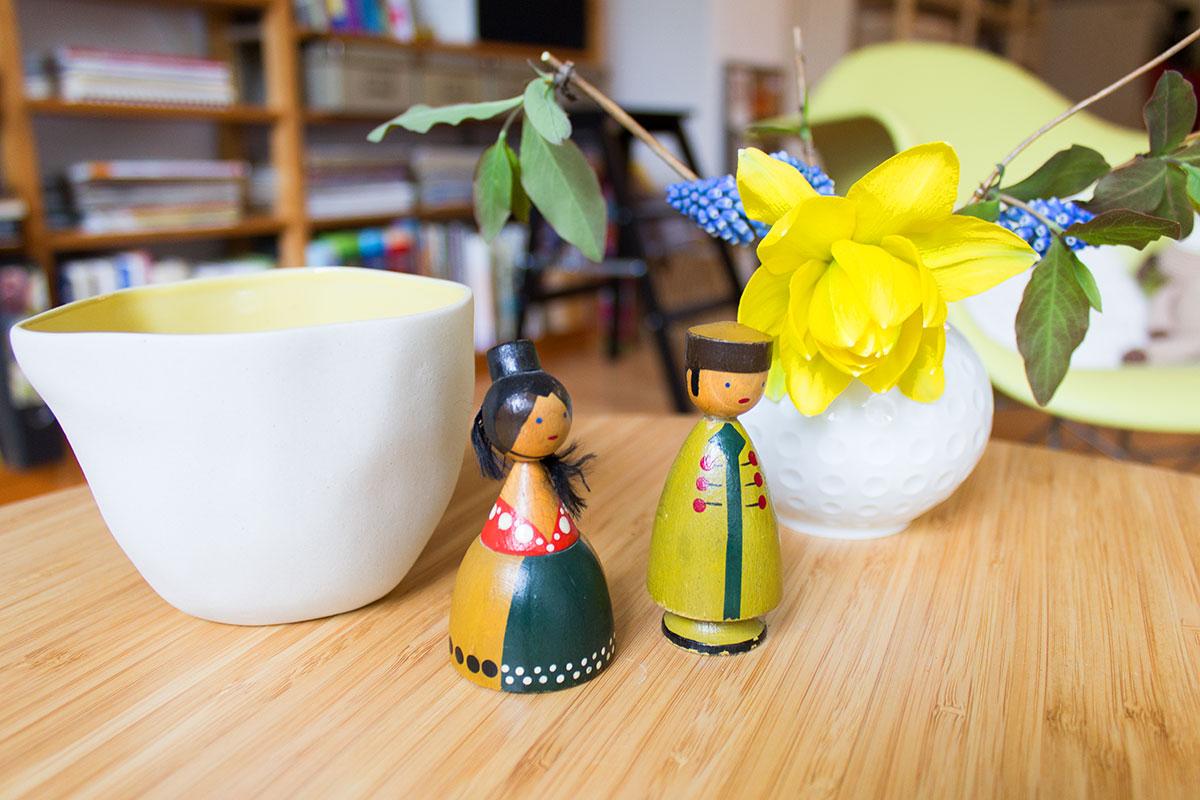 Stillleben aus Holzfiguren und Blumenvase