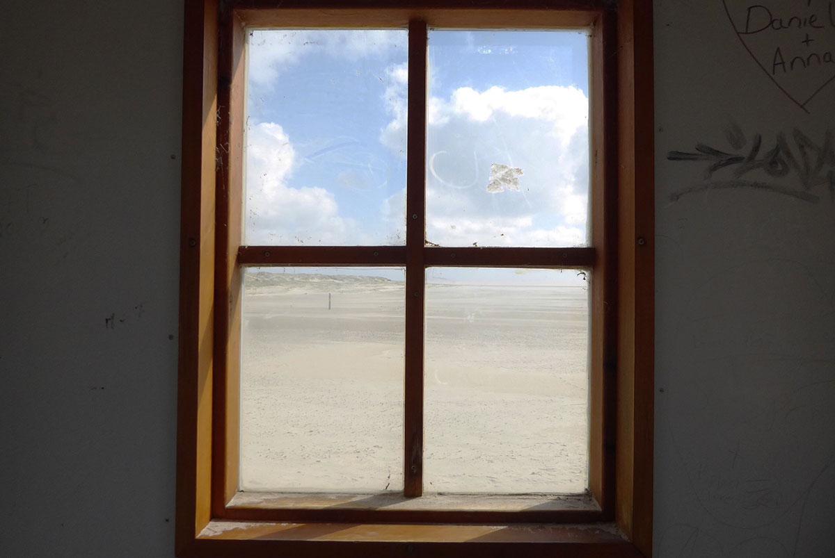 Blick auf den Strand von Sankt Peter-Ording durch ein Fenster