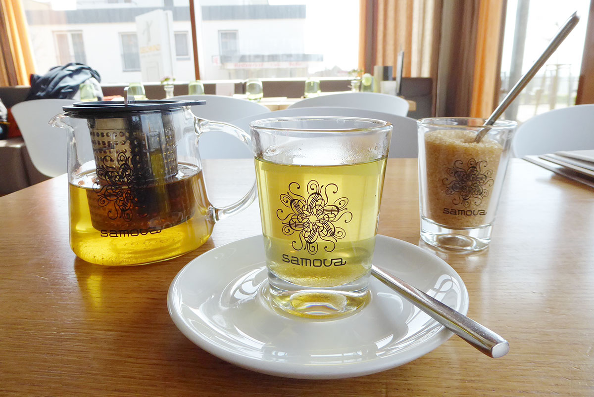 Teeglas, Teekanne und Glas mit Kandis - Samova-Tee