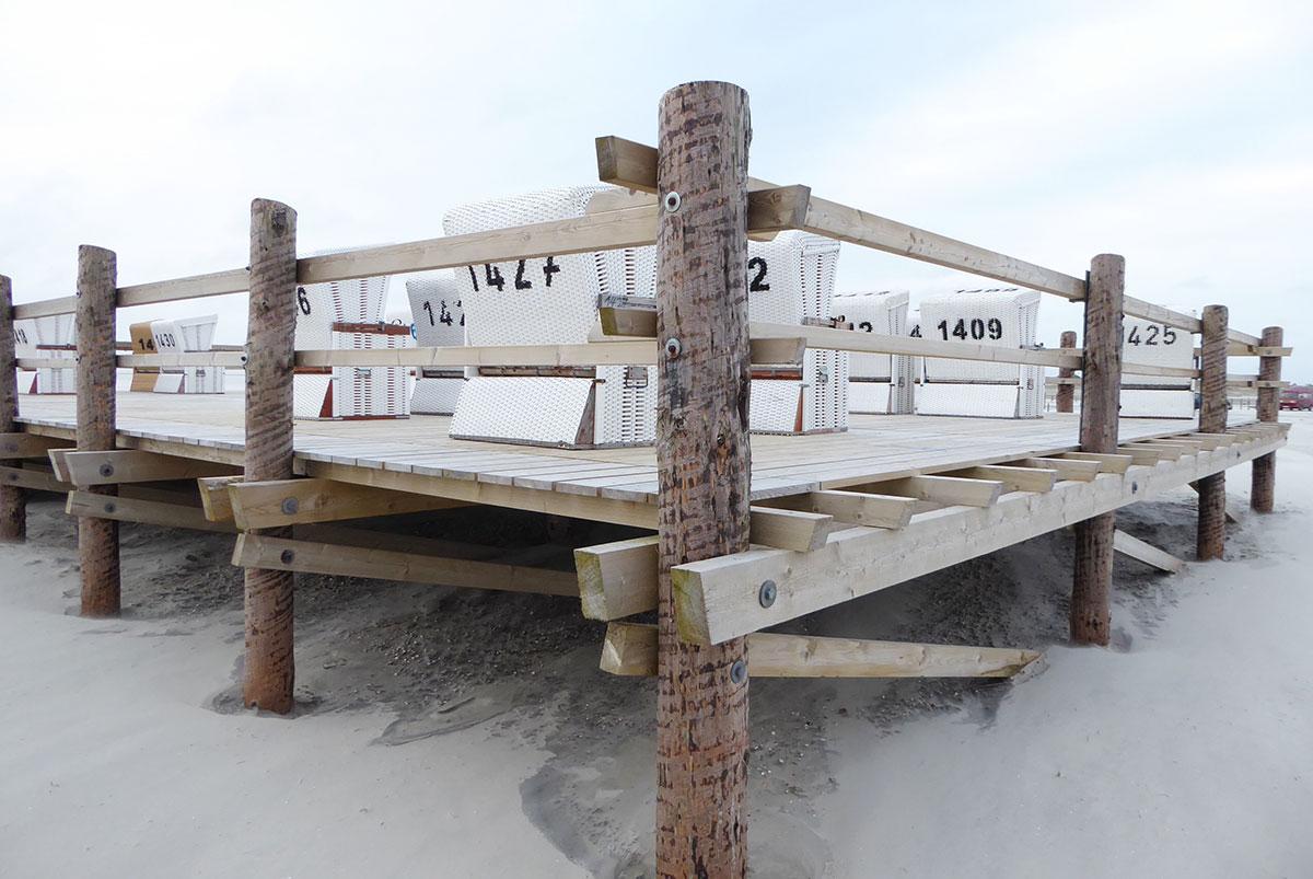 Plattform mit Strandkörben am Strand von Sankt Peter-Ording