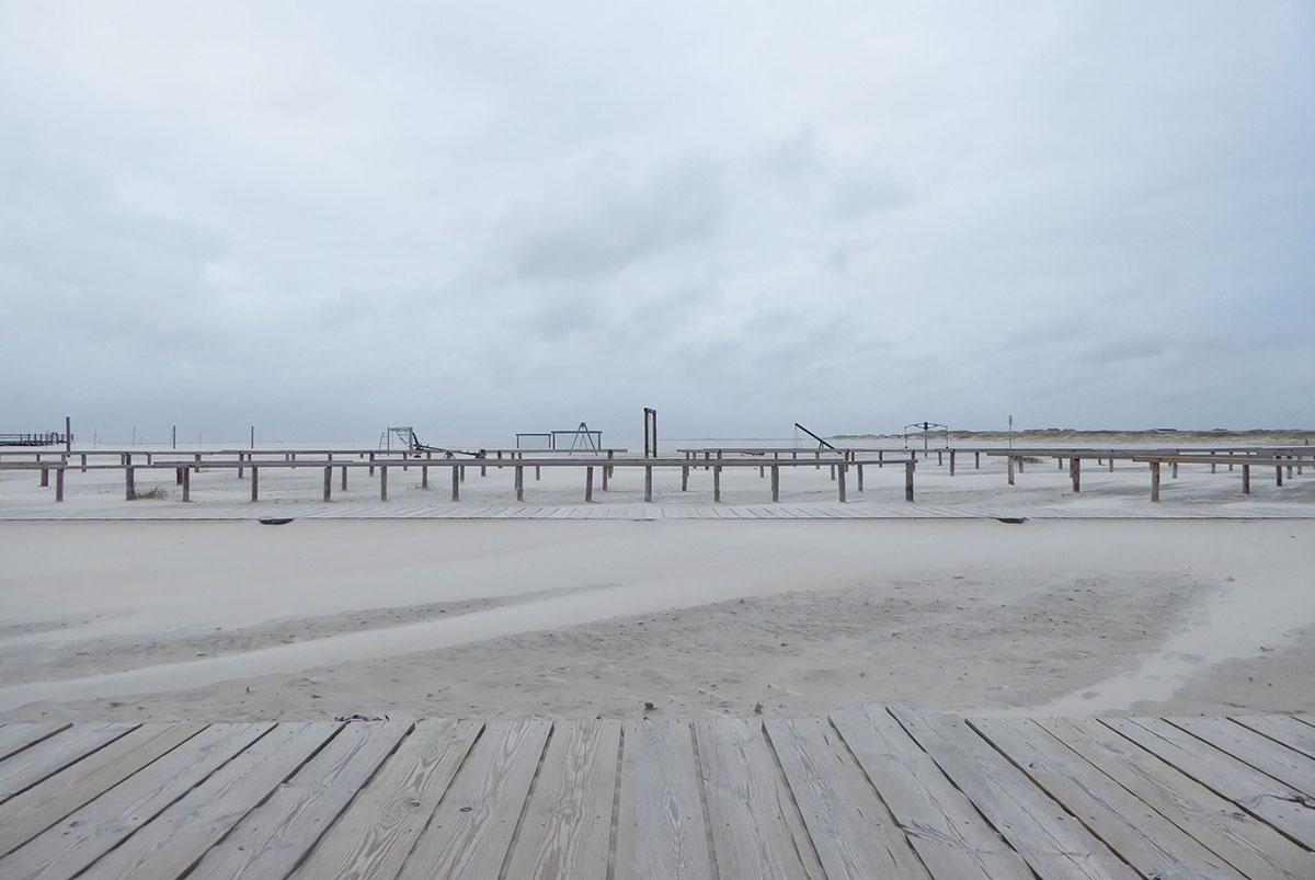 Fahrradabstellplatz im Hintergrund ein Spielplatz am Strand von Sankt Peter-Ording