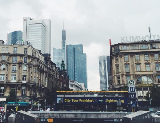 Blick vom Frankfurter Hauptbahnhof auf die Kaiserstraße im HIntergrund Wolkenkratzer im Vordergrund ein Sightseeingbus