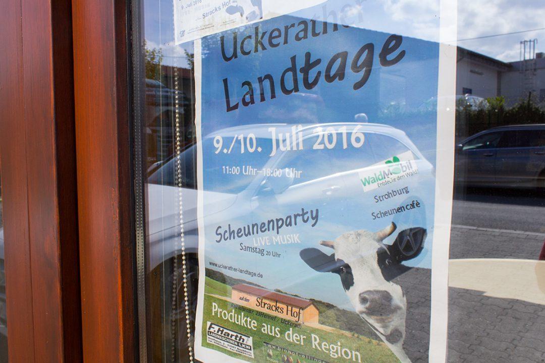 """Plakat in einem Schaufenser """"Uckerather Landtage"""""""