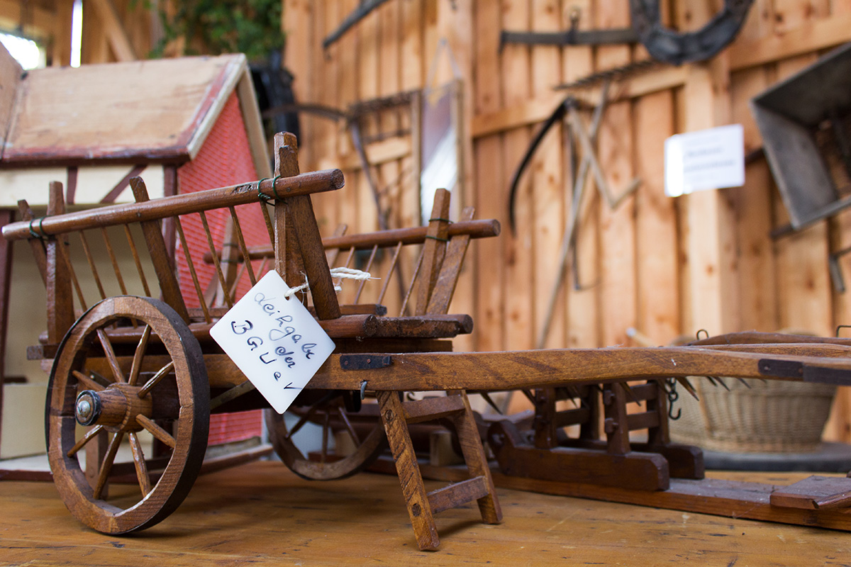 Ein kleiner Leiterwagen aus Holz