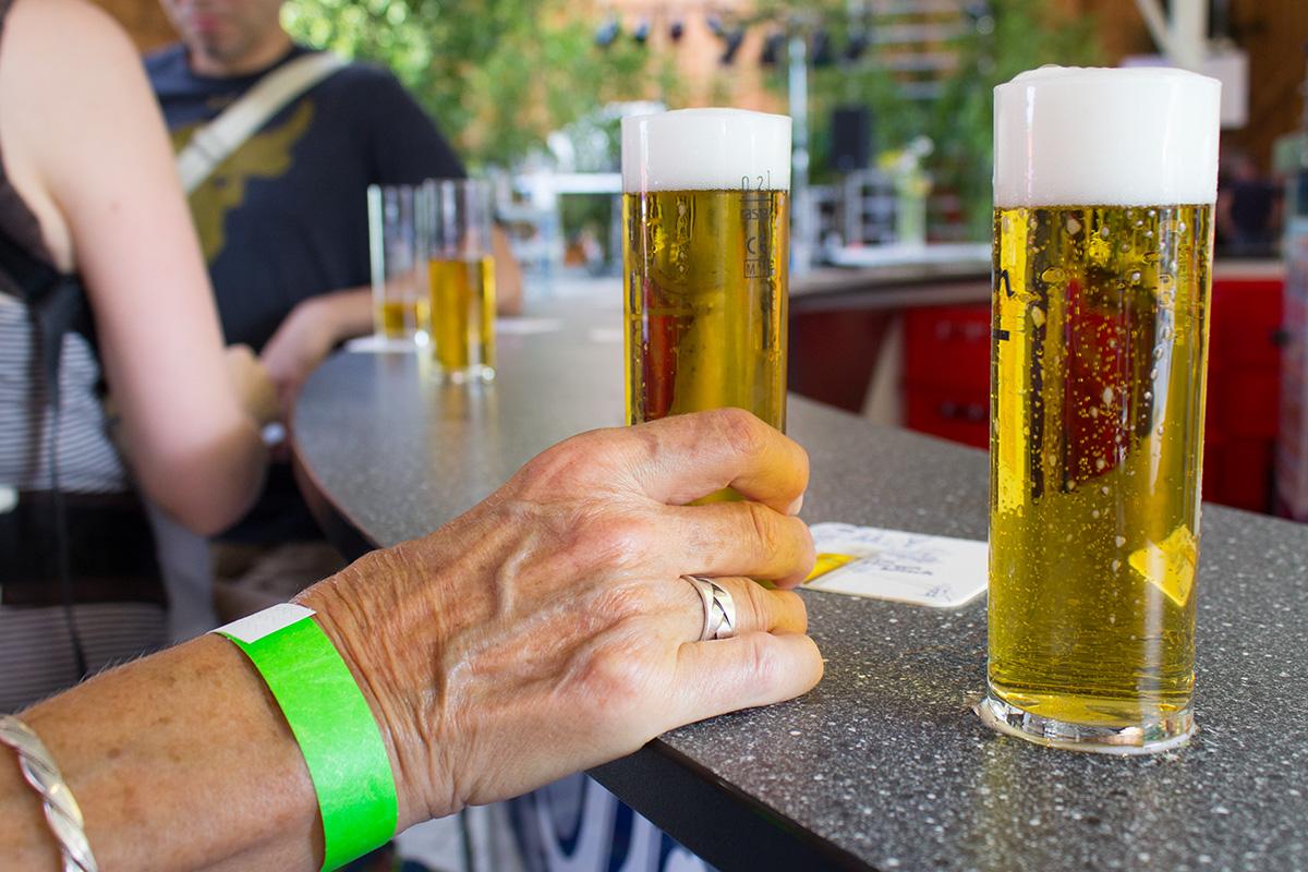 Eine Hand greift zu einem Bierglas
