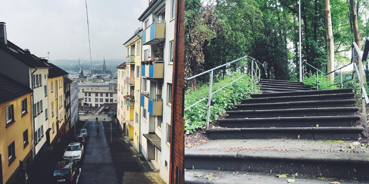 Wuppertaler Ansicht von der Distelbeck ausgesehen, daneben eine Ansicht der typischen Wuppertaler Treppen