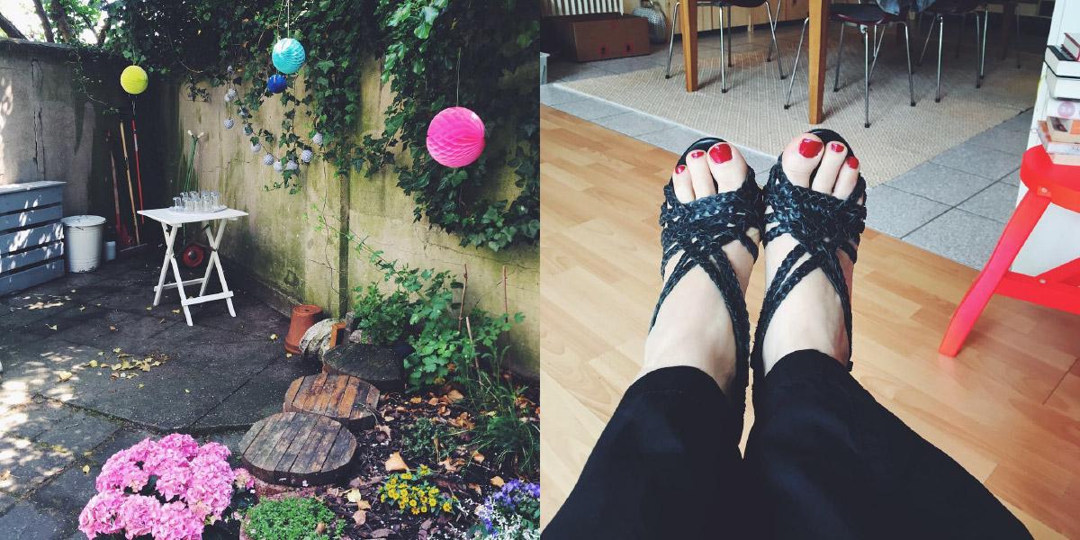 Ein Tisch mit Gläsern steht in einem Garten geschmückt mit Lampions, daneben eine Blick auf Füße mit rot lackierten Zechnägeln in blauen Riemchensandalen