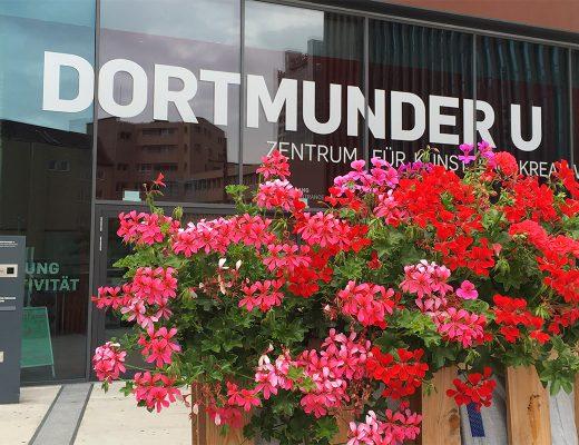 Eingang Dortmunder U mit Palettenmöbeln und Geranien davor