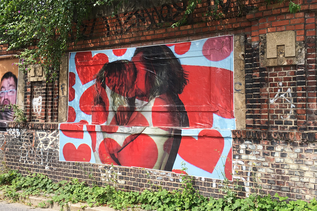 Plakat mit einem küssenden Paar im Rahmen der Knutschecke Emscherkunst 2016