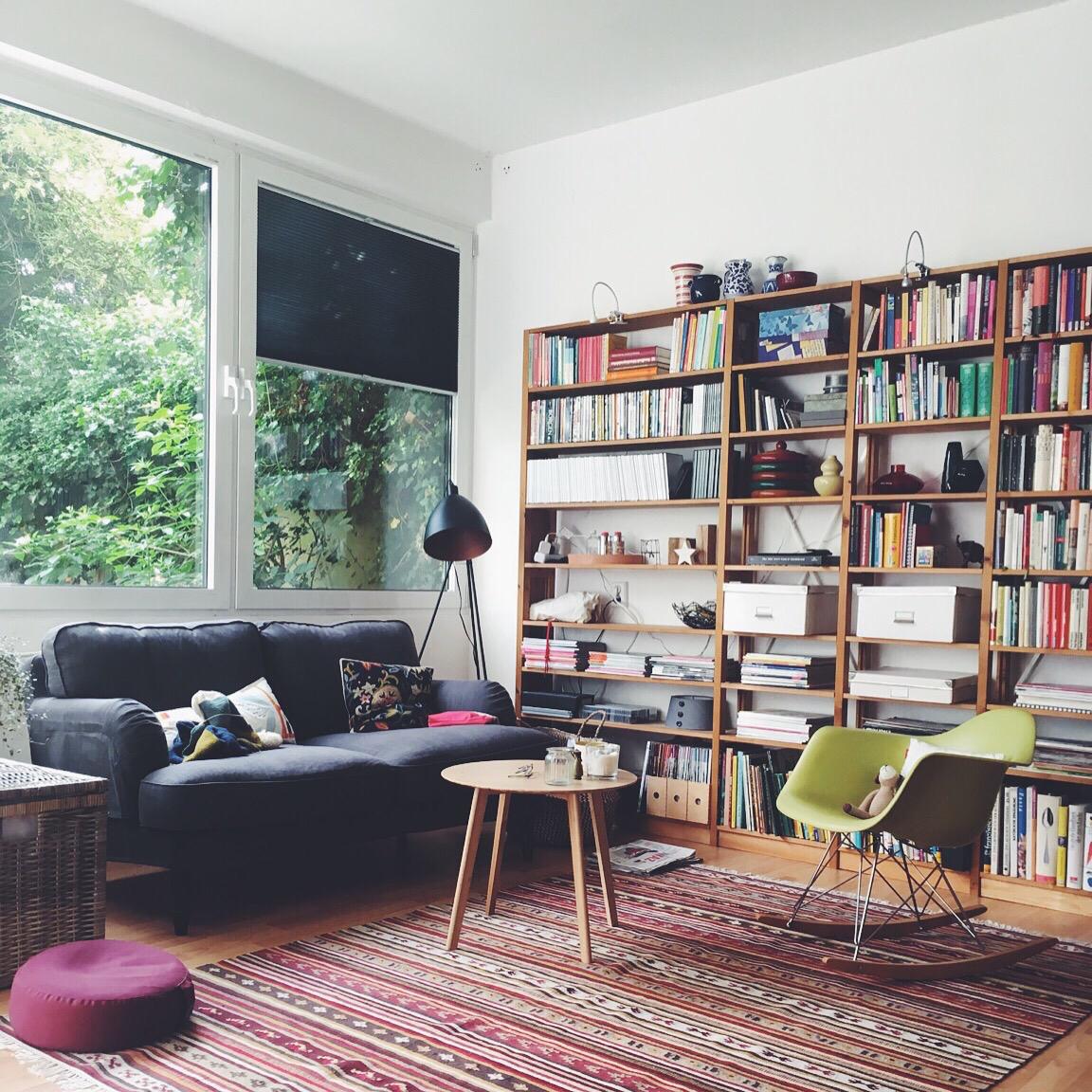 Ein Blick in ein Wohnzimmer, Eames-Schaukelstuhl