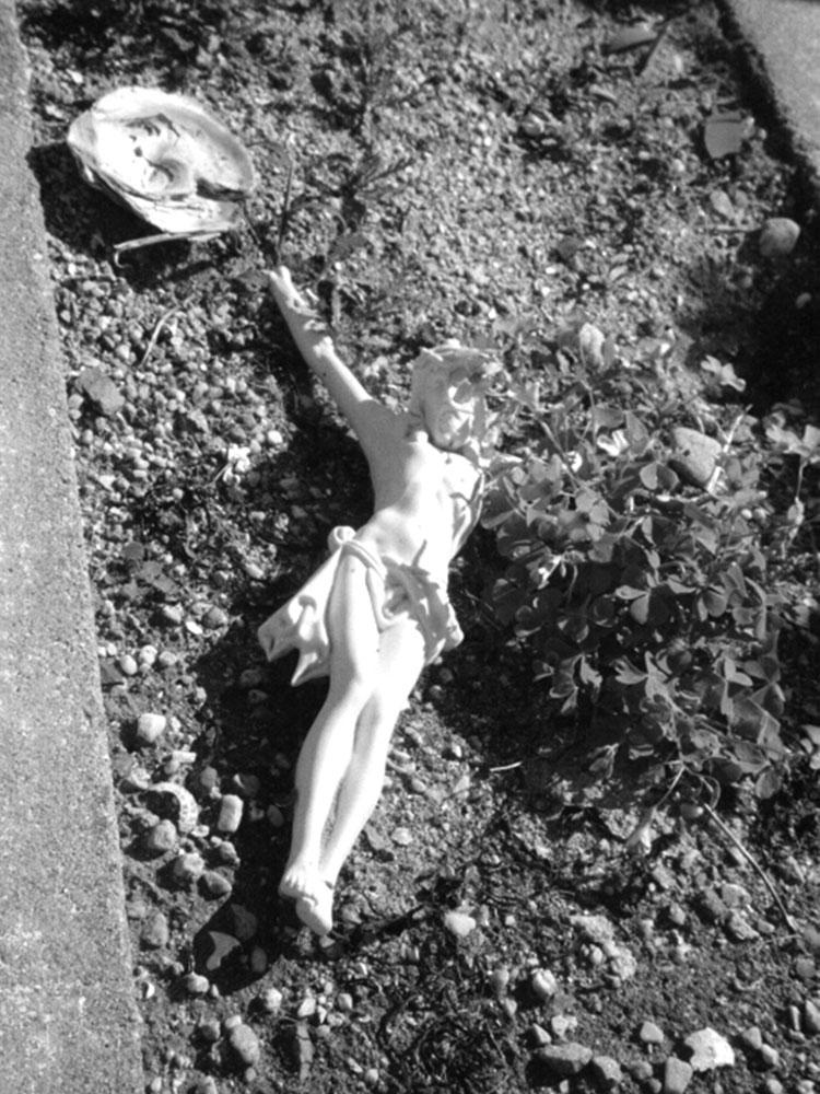 Eine Jesusfigur liegt in einem Grab