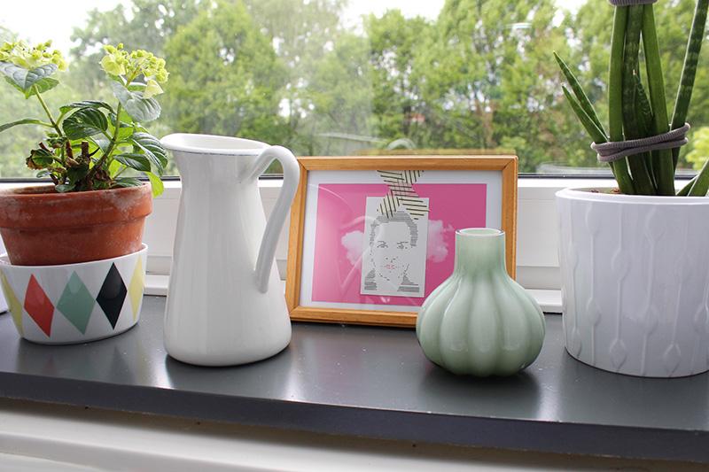 Foto Stillleben auf einer Fensterbank mit einem Print von Philuko