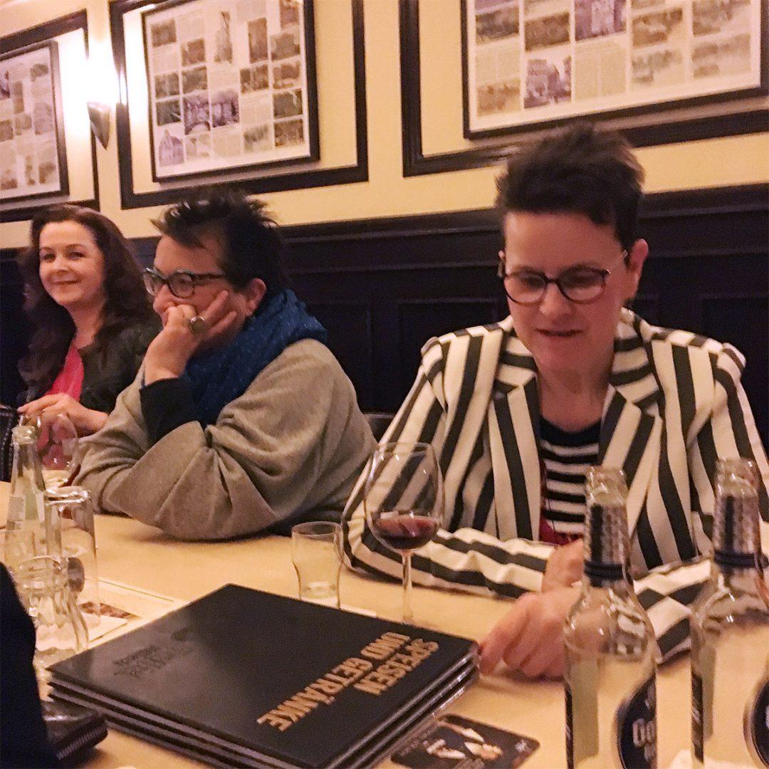 Innenaufnahme in dem Lokal Marienbild in Köln mit Maria Al_Mana und Sabine Gimm
