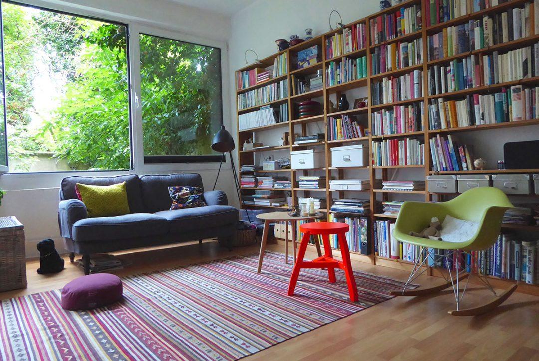 Wohnzimmer mit Sofa und Bücherregal