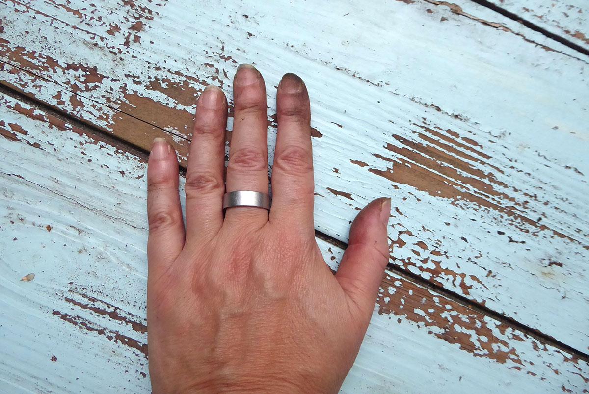 Schmutzige Hände von der Gartenarbeit