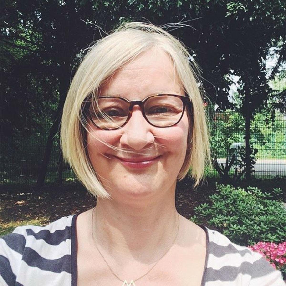 Anke Hedfeld, eine Frau mit blonden Haarten einer Brille und einem Bob