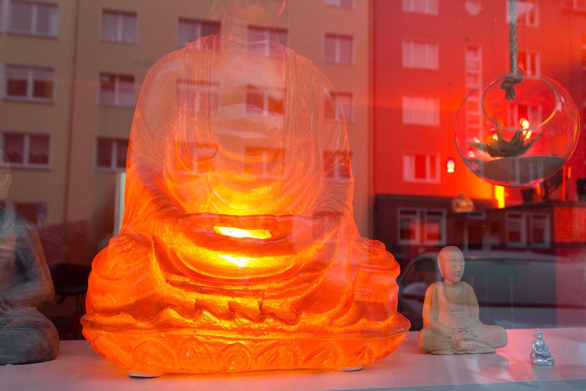 Verschiedenes Buddhas in einem Schaufenster aufgenommen im Kreuzviertel Dortmund