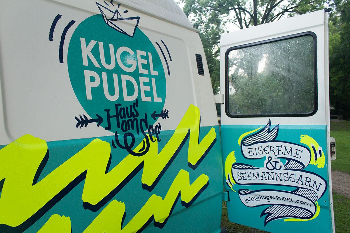 Eiswagen mit der Beschriftung Kugelpudel aufgenommen im WEstpark Dortmund
