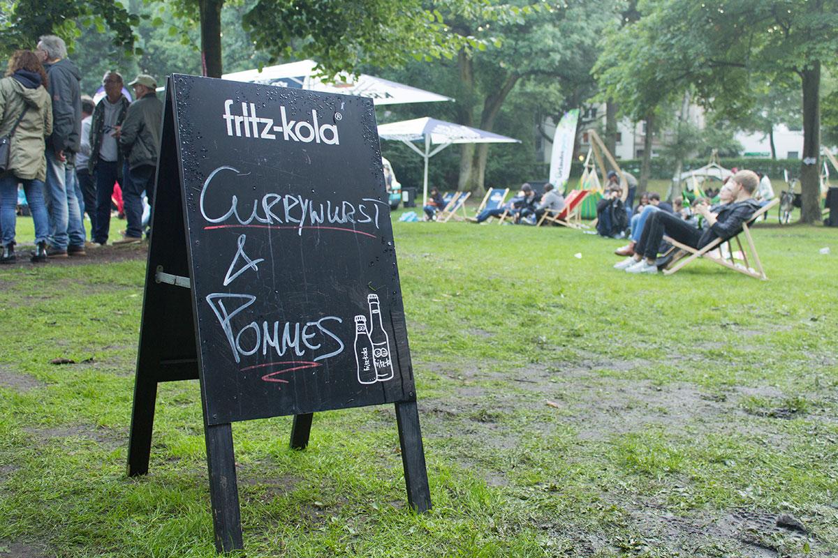 """Ein Aufsteller mit der Beschriftung """"Currywurst & Pommes"""" aufgenommen im Westpark Dortmund"""
