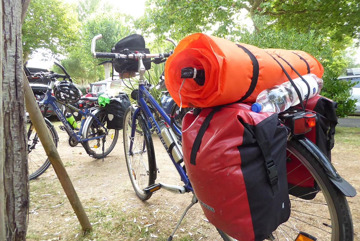 Fahrräder bepackt mit Fahrradtaschen und Isomatte