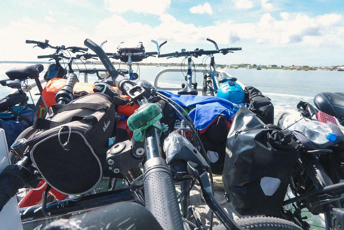 Fahrräder dicht an dicht auf einer Fähre