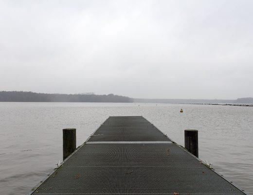 Ein Bootssteg führ in einen See