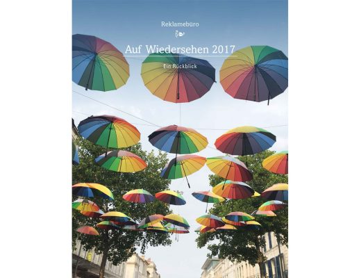 Foto Bunte Regenschirme überspannen einen Straße in Südfrankfreich