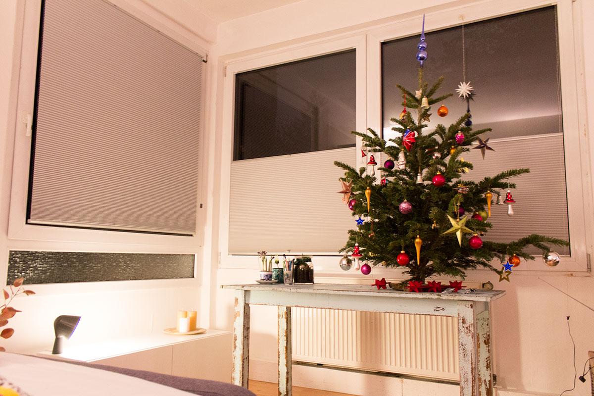 Ein geschmückter Weihnachtsbaum steht auf einem Tisch