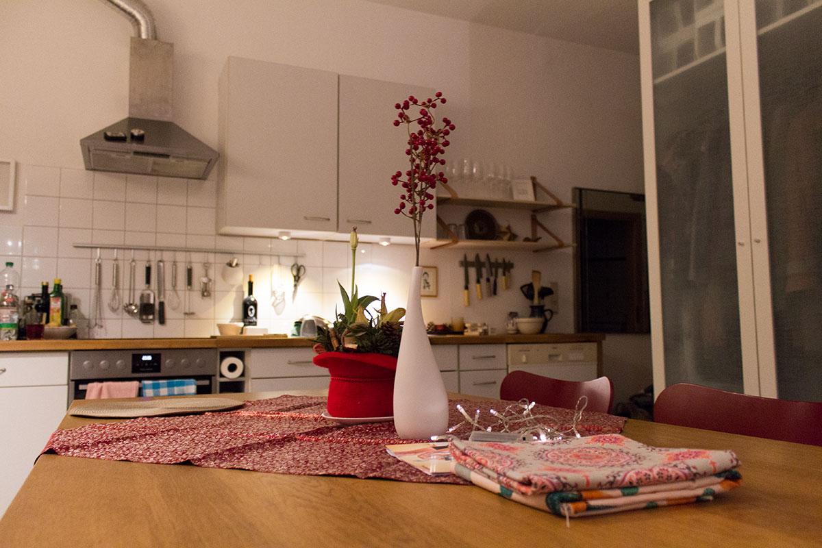 Ansicht einer Küche von einem Esstisch aus gesehen