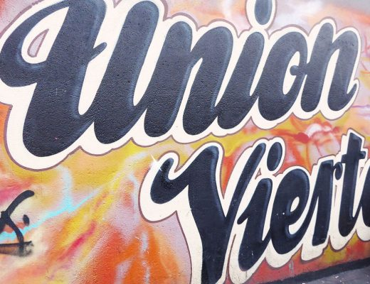 Foto Schriftzug Unionviertel als Grafitti auf einer Häuserwand