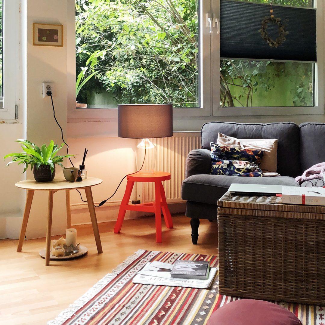Wohnzimmer Couchtisch Neon-Hocker Sofa Glasleuchte
