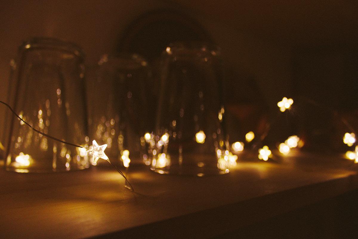 Sternenlichterkette mit dunklem Hintergrund