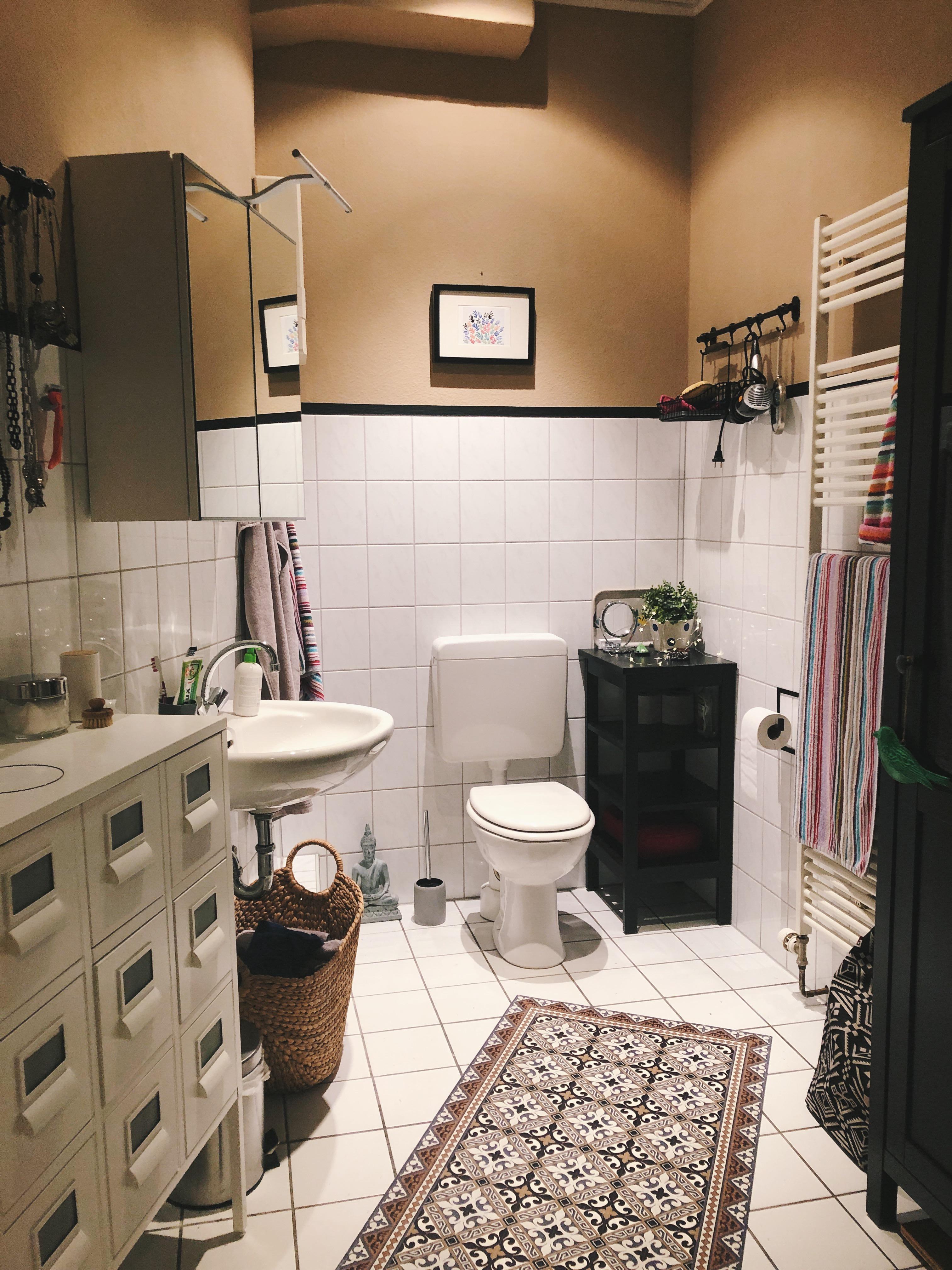 Farbig gestrichenes Badezimmer mit farbigen Accessoires