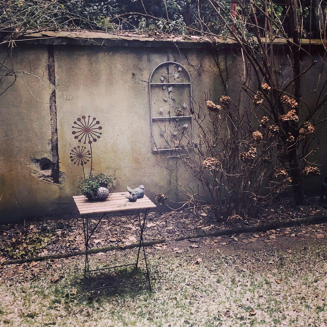 Wintergarten mit vertrockneten Hortensien