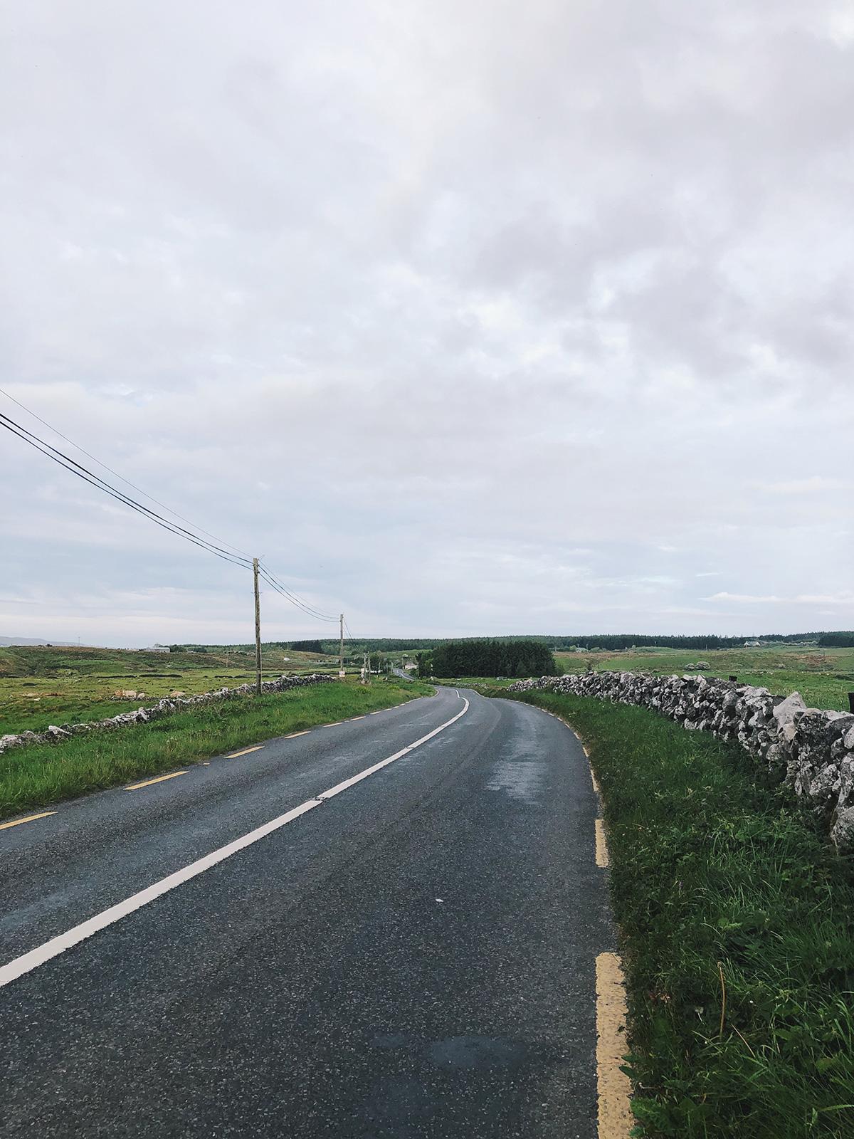 Irland Straße in Lisdoonvarna Steinmauer