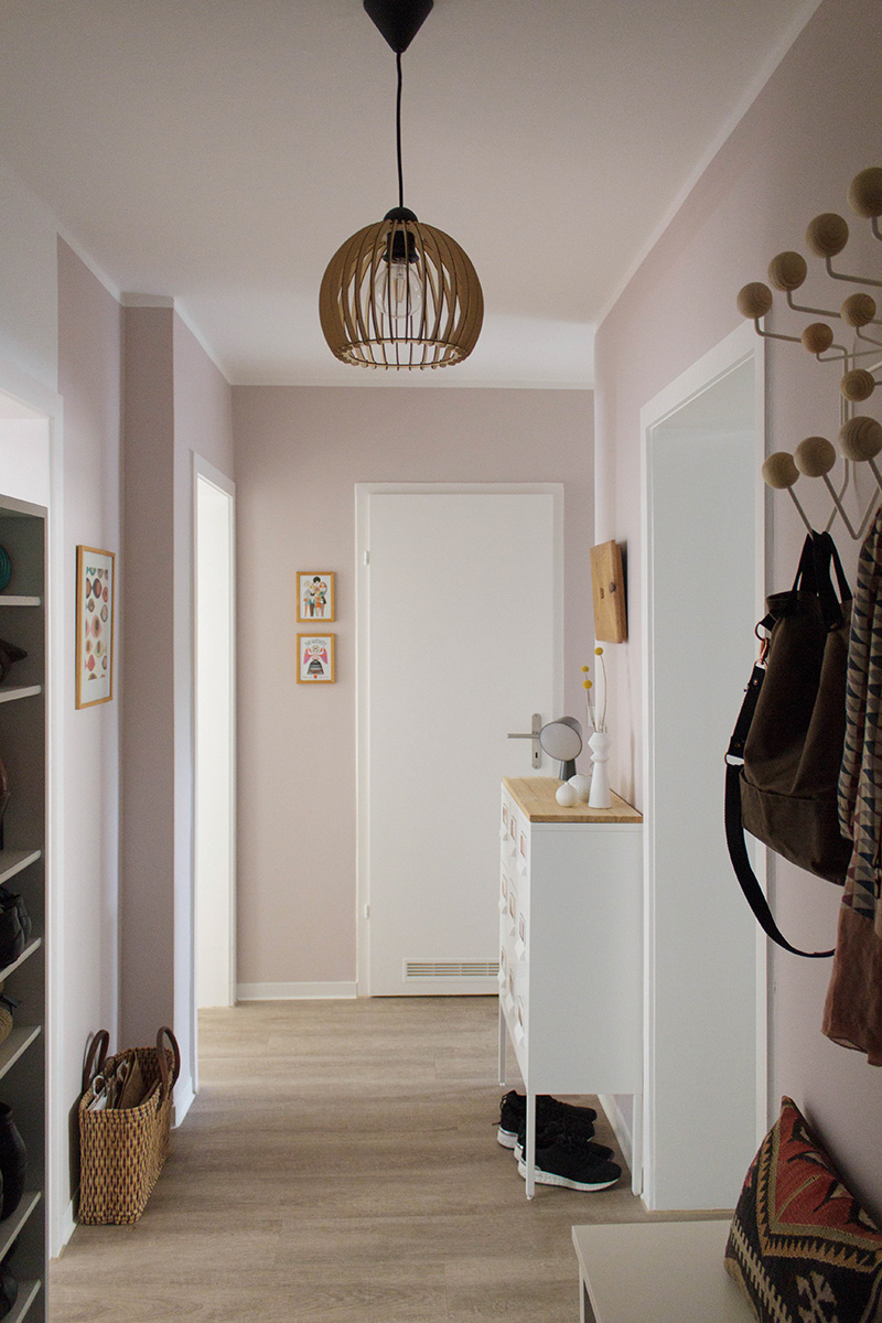 Blick in einen rosa gestrichenen Flur Garderobe Hang it all von Ray and Charles Eames