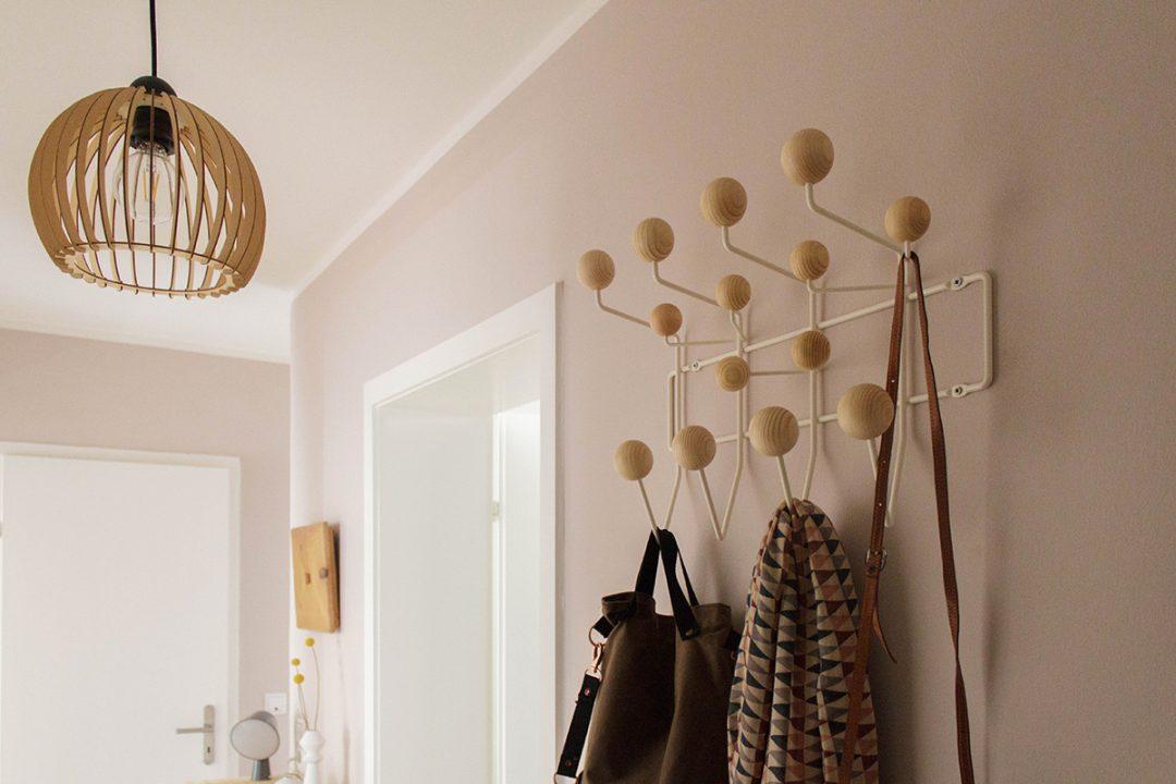 Blick in einen rosa gestrichenen Flug Garderobe Hang it all von Ray and Charles Eames